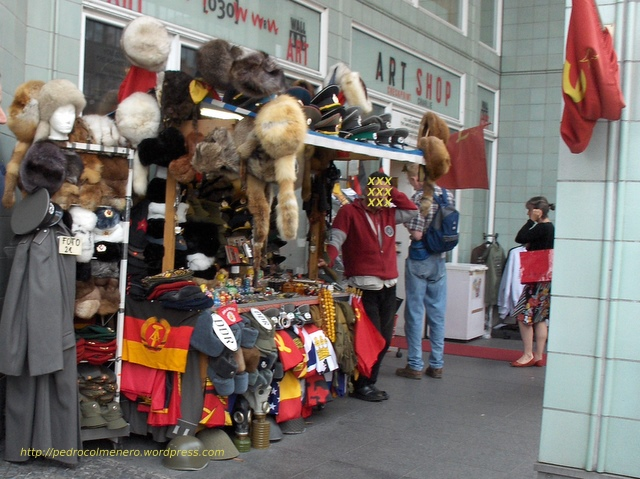Venta de objetos militares y otros simbolos de la era comunista