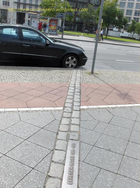 Antiguo trazado marcado en el suelo del muro de Berlin