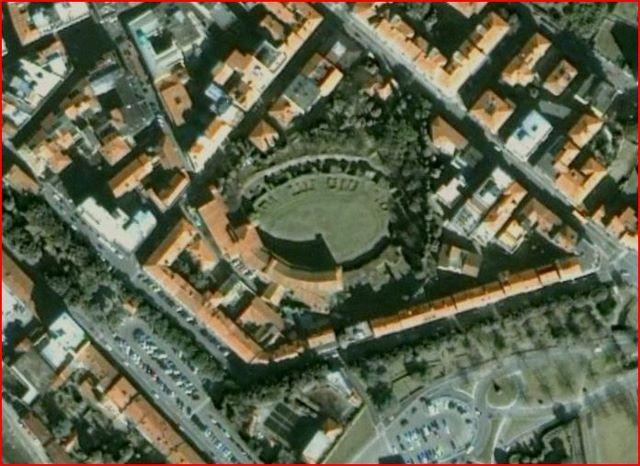 En Arezzo todavía se ven los restos del anfiteatro mientras que una parte del graderío está urbanizada. Arezzo, Italia.